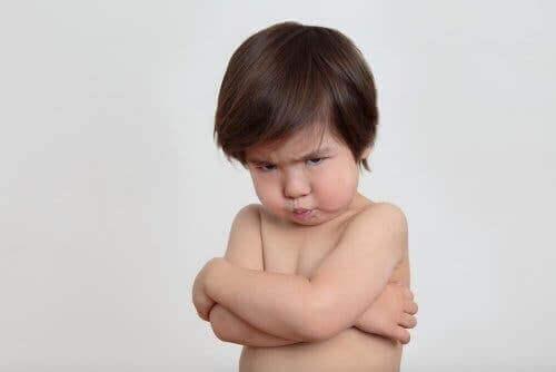 طفل يبدو عليه الغضب