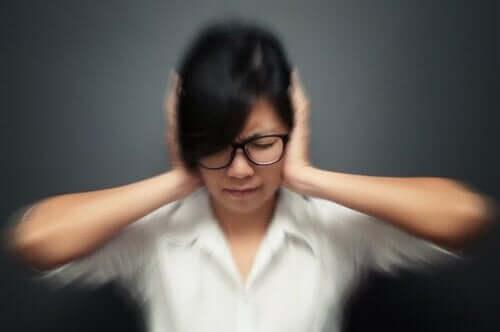 5 عادات يمكن أن تؤدي إلى نوبات الصداع النصفي
