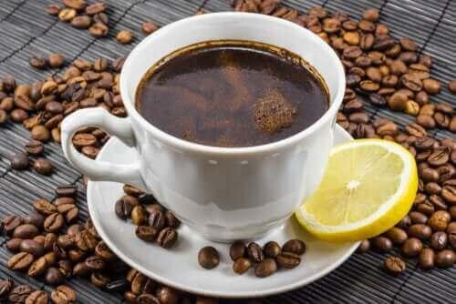القهوة والليمون: هل هو مزيج صحي؟ اكتشف معنا اليوم!