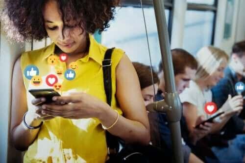 مواقع التواصل الاجتماعي - اكتشف معنا إيجابياتها وسلبياتها