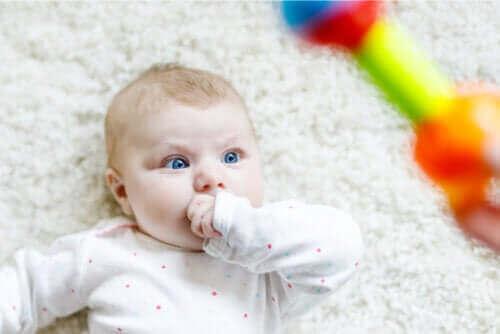 اكتشف معنا اليوم لماذا يحدق الأطفال حديثي الولادة!